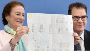 © Imago/photothekU. Grabowsky Unterstreicht ihr Anliegen durch Kinderzeichungen: UNICEF-Chefin Fore mit Entwicklungsminister Müller in Berlin