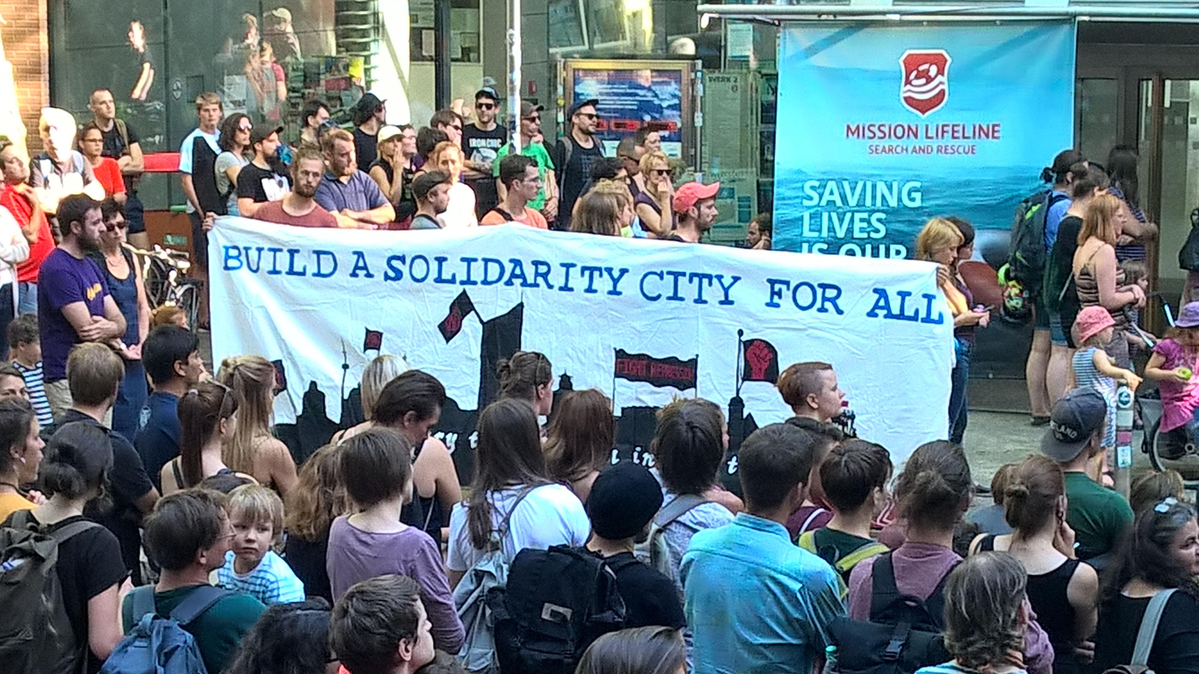 600 engagierte Demonstranten vor der Universitätsbibliothek Albertina in Leipzig zum deutschlandweiten Aktionstag #Seebrücke