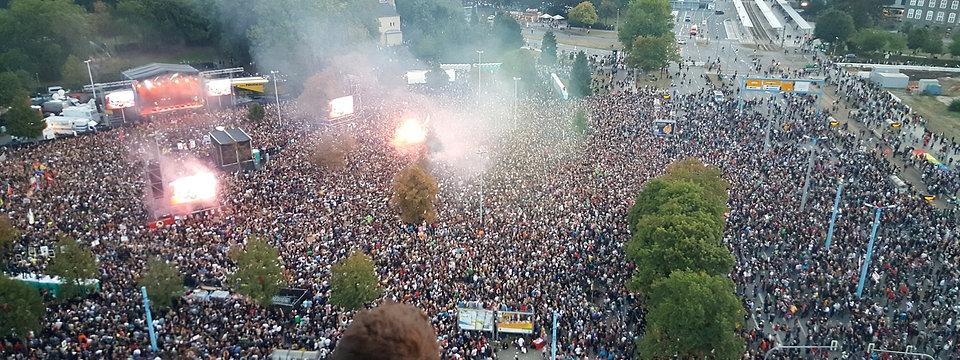 """Zehntausende Menschen auf dem Platz neben der Chemnitzer Johanniskirche zum Konzert """"Wir sind mehr""""; © Bildrechte: MDR/Matthias Vollmer"""