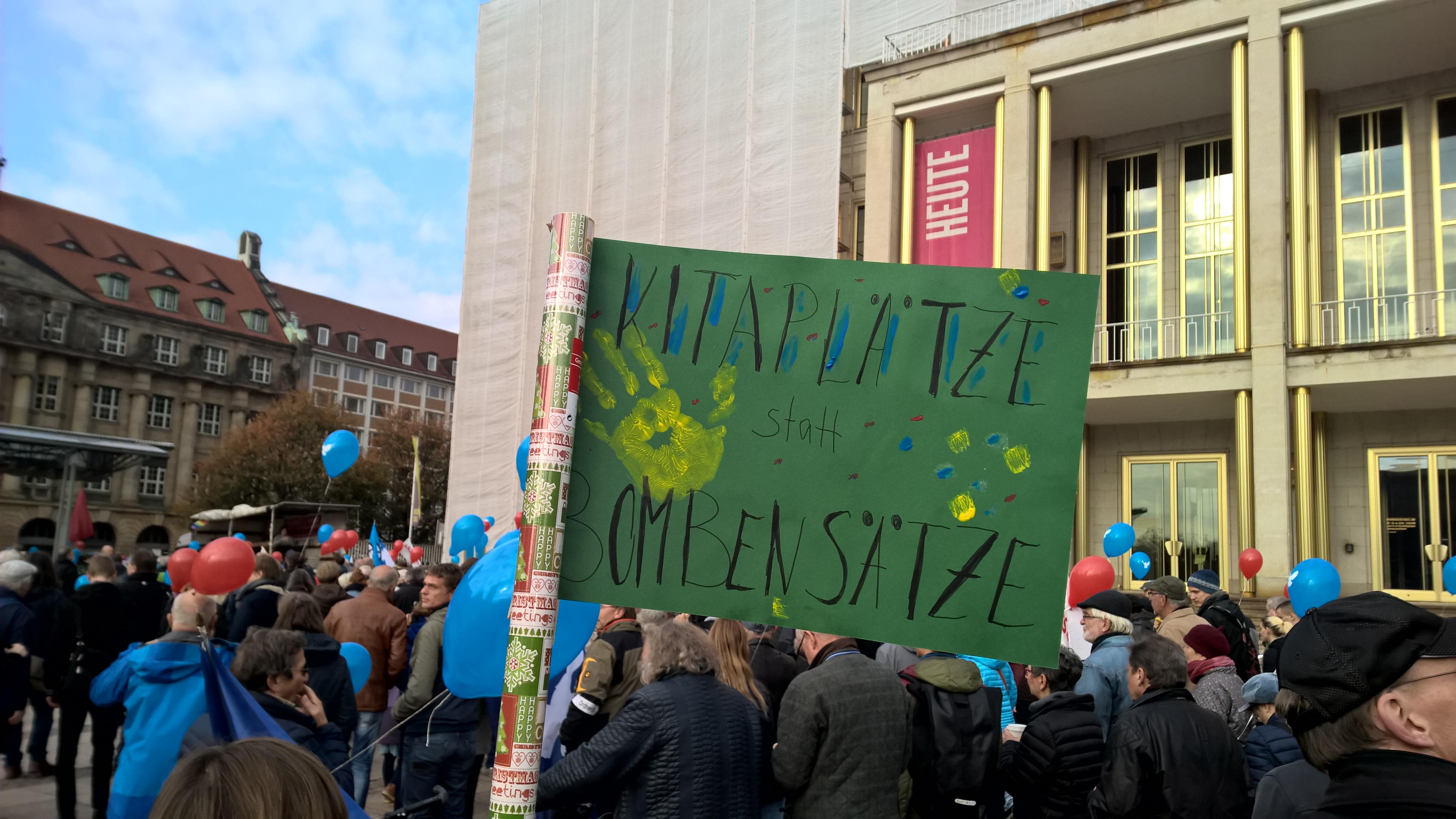 """Kitaplätze statt Bombensätze"" – ein spontan gestaltetes Plakat von Studenten aus Leipzig"