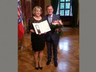 Petra Hohn und der Ministerpräsident des Landes Thüringen Bodo Ramelow nach der Ehrung mit dem Bundesverdienstkreuz © Petra Hohn/privat