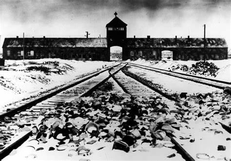 Foto vom Torhaus des KZ Auschwitz-Birkenau, Aufnahme kurz nach der Befreiung 1945. Aufnahme Stanisław Mucha (https://de.wikipedia.org/wiki/KZ_Auschwitz)