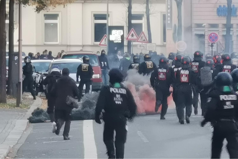 Erste Feuerwerkskörper werden von rechten Demonstranten in der Querstraße in Richtung Polizei abgeschossen. © M. Lindner