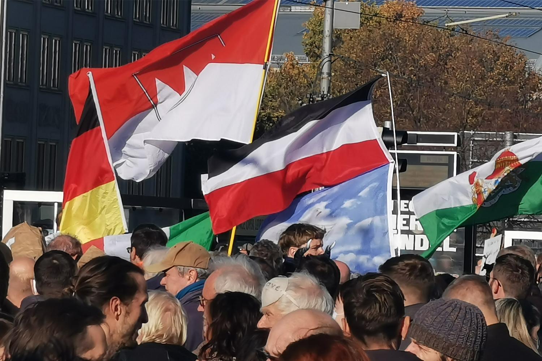 Es war nicht die einzige Reichsflaggen an diesem Tag, die sich unter das demonstrierende Querdenker-Volk mischte. © M. Lindner