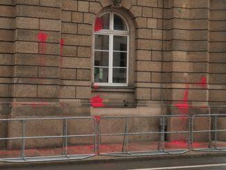 Bilder, die von #WirSindAlleLinX am 18.09.2021 übrigbleiben: Farbbeutel am Leipziger Polizeipräsidium.